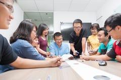 Gente di affari asiatica della stanza di riunione dei gruppi Fotografia Stock