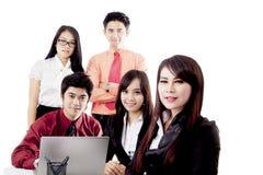 Gente di affari asiatica isolata sopra bianco immagine stock