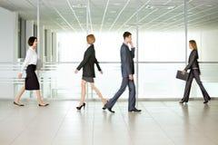Gente di affari camminare Fotografia Stock Libera da Diritti