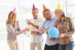 Gente di affari casuale che tosta e che celebra compleanno immagine stock libera da diritti