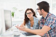 Gente di affari casuale concentrata parlare Fotografia Stock