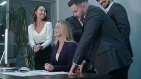 Gente di affari che applaude celebrando successo ad una riunione nell'ufficio stock footage