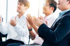 Gente di affari che applaude sulla presentazione fotografie stock libere da diritti
