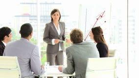 Gente di affari che ascolta il loro responsabile in una riunione video d archivio