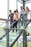 Gente di affari che cammina giù le scale immagini stock libere da diritti
