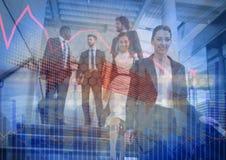 Gente di affari che cammina giù le scale con la sovrapposizione grafica del grafico blu Fotografia Stock