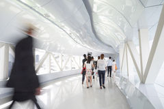 Gente di affari che cammina nel corridoio dell'ufficio Immagine Stock