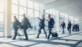 Gente di affari che cammina su un pavimento moderno fotografia stock libera da diritti