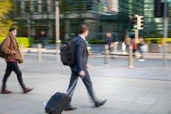 Gente di affari che cammina sulla via contro della parete della banca di Inghilterra fotografie stock libere da diritti