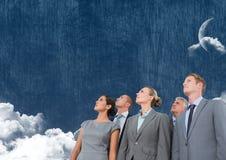 Gente di affari che cerca cielo nuvoloso con la luna Immagini Stock Libere da Diritti