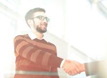 Gente di affari che chiude un affare e un handshake all'ufficio Fotografia Stock Libera da Diritti