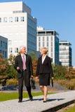 Gente di affari che comunica all'aperto Fotografie Stock Libere da Diritti