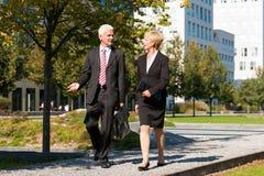 Gente di affari che comunica all'aperto Fotografia Stock