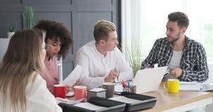 Gente di affari che discute alla riunione dell'ufficio stock footage