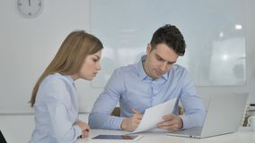 Gente di affari che discute i documenti di progetto, lavoro di ufficio stock footage