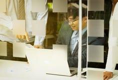 Gente di affari che discute i grafici ed i grafici che mostrano la ricerca fotografia stock libera da diritti