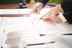 Gente di affari che discute i grafici ed i grafici Riuscito concetto di lavoro di squadra immagini stock
