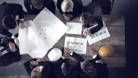 Gente di affari che discute i progetti di costruzione archivi video
