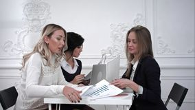 Gente di affari che discute insieme e che lavora nel corso di una riunione nell'ufficio Immagine Stock Libera da Diritti