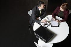 Gente di affari che discute lavoro di ufficio allo scrittorio immagine stock libera da diritti