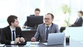 Gente di affari che discute le azione del documento all'ufficio immagini stock libere da diritti