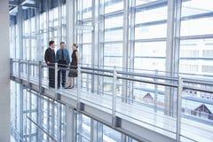 Gente di affari che discute nell'ufficio moderno immagine stock libera da diritti