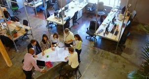 Gente di affari che discute sopra il modello nella riunione 4k video d archivio