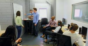 Gente di affari che discute sopra la lavagna 4k video d archivio