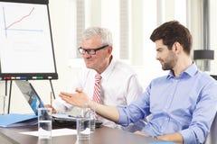 Gente di affari che discute in una riunione Fotografia Stock