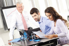 Gente di affari che discute in una riunione Fotografia Stock Libera da Diritti