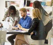 Gente di affari che discute una strategia e che lavora insieme dentro di fotografia stock