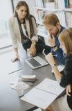 Gente di affari che discute una strategia e che lavora insieme dentro di immagine stock