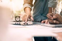 Gente di affari che esamina i rapporti finanziari e che analizza busine fotografie stock