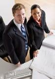 Gente di affari che esamina insieme le cianografie Fotografia Stock