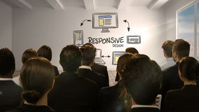 Gente di affari che esamina schermo digitale che mostra progettazione rispondente