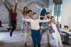 Gente di affari che fa esercizio di allenamento del gruppo durante il seminario di team-building Fotografia Stock