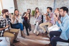 Gente di affari che fa esercizio di allenamento del gruppo durante il team-building Fotografie Stock