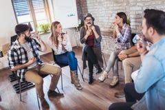 Gente di affari che fa esercizio di allenamento del gruppo durante il team-building Fotografie Stock Libere da Diritti