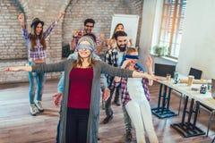 Gente di affari che fa esercizio di allenamento del gruppo durante il team-building Fotografia Stock Libera da Diritti