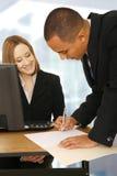 Gente di affari che fa un affare in ufficio Immagine Stock