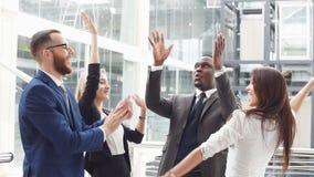 Gente di affari che fa un team-building poi che mette le loro mani sopra ogni altri stock footage