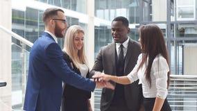 Gente di affari che fa un team-building poi che mette le loro mani sopra ogni altri Movimento lento archivi video
