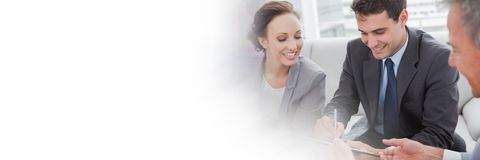 Gente di affari che firma accordo di carta con la transizione Immagine Stock