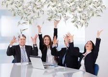 Gente di affari che getta la nota di valuta immagini stock libere da diritti