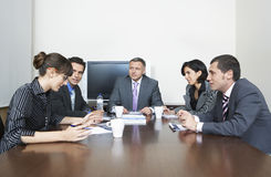 Gente di affari che ha discussione nell'auditorium Fotografia Stock