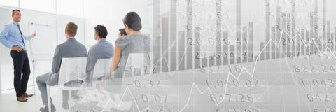 Gente di affari che ha una riunione con le figure finanziarie effetto di transizione di numeri royalty illustrazione gratis