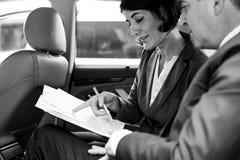Gente di affari che incontra automobile funzionante dentro Immagini Stock Libere da Diritti