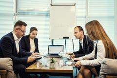 Gente di affari che incontra concetto corporativo di discussione di conferenza, Fotografie Stock