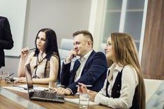 Gente di affari che incontra concetto corporativo di discussione di conferenza, Fotografia Stock