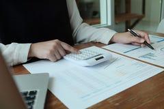 Gente di affari che incontra le idee di progettazione con la penna che analizza l'investitore professionale dei documenti finanzi immagine stock